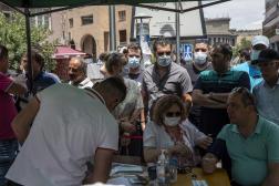 Des iraniens attendent pour se faire vacciner devant une clinique mobile d'Erevan en Arménie, le 7 juillet 2021.