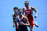 L'athlète français Vincent Luis (centre) a fini 13e lors de l'épreuve olympique de triathlon, à Tokyo, le 26 juillet 2021.