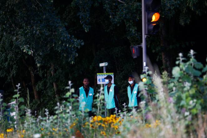 Des salariés de la RATP à la gare de Massy-Palaiseau, après le décès d'un ouvrier dans un éboulement de terrain, en juillet 2021.