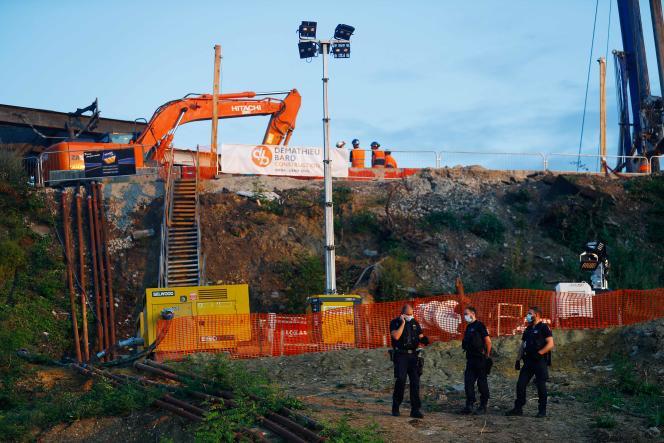 Des agents de sécurité de la SNCF sur le chantier près de la gare de Massy-Palaiseau, où un éboulement de terrain a coûté la vie à un ouvrier, en juillet 2021.