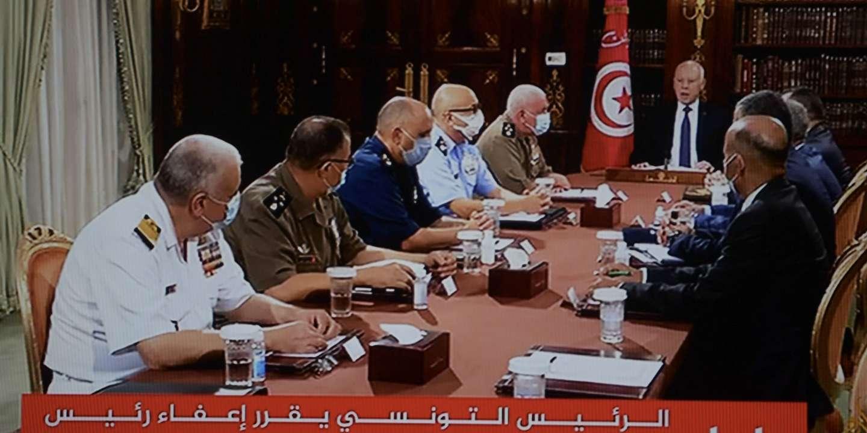 En Tunisie, le président gèle les activités du Parlement et démet le premier ministre de ses fonctions