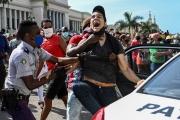 Un homme est maîtrisé lors d'une manifestation contre le pouvoir, à La Havane, le 11juillet.