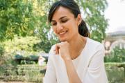 La joueuse d'échecs Mitra Hejazipour, au jardin du Luxembourg, à Paris, le 21juillet 2021.