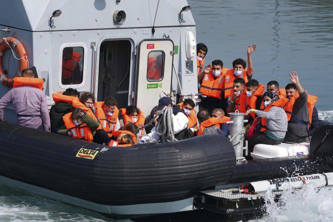 Des migrants à bord d'un bateau de la police des frontières, à la suite de l'accident d'un «small boat», à Douvres (Royaume-Uni), le 20 juillet.