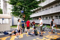 De jeunes résidents de Homi Danchi, àToyota, au Japon, le 4 juillet 2021.