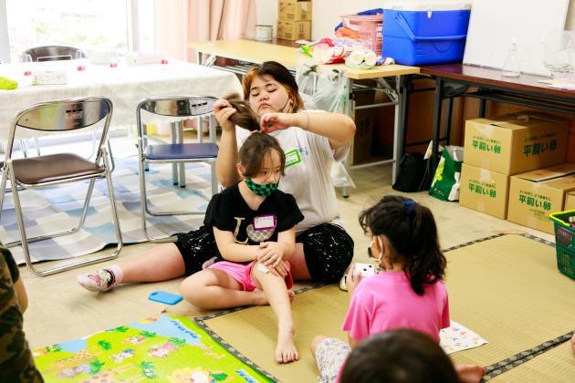 Les enfants jouent pendant que leurs mères participent à une réunion organisée par NPO Torcida, pour améliorer leur vie dans la ville de Toyota, à Aichi, au Japon, le 3juillet 2021.