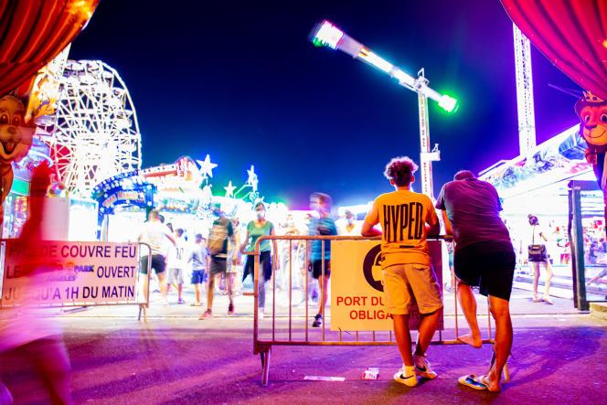 A l'entrée du parc de loisirs Luna Park, très fréquenté en haute saison, àArgelès-sur-Mer (Pyrénées-Orientales), le 21 juillet 2021.