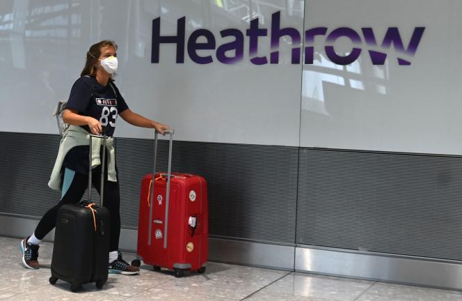 Une passagère à l'aéroport londonien d'Heathrow, le 10 juillet 2020.