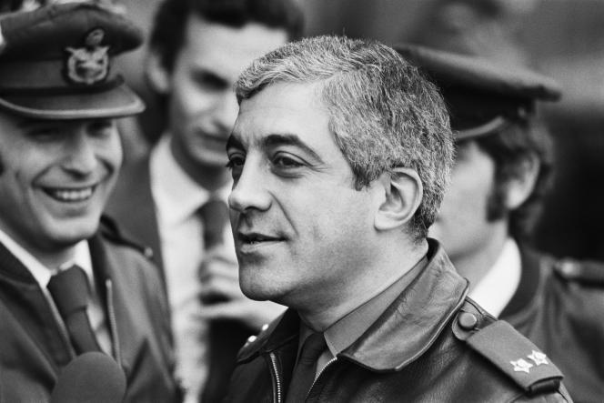 Le stratège en chef de la «révolution des œillets» portugaise, Otelo Saraiva de Carvalho, lors d'une conférence de presse avec le parti clandestin MFA, le 1er mai 1975.