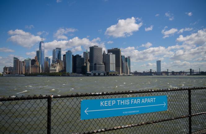 Een bord dat mensen oproept om een veilige afstand te bewaren, op Governors Island, New York (VS), in april 2021.