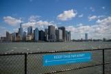 Un panneau incitant à respecter une distance de sécurité entre les personnes, à Governors Island, à New York (Etats-Unis), en avril 2021.