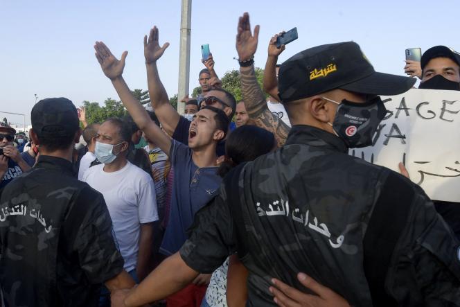 Des manifestants soutenant le président Saïed devant le parlement à Tunis le 26 juillet 2021.