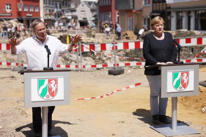 Le chef du CDU et candidat à la chancellerie, Armin Laschet, et Angela Merkel, dans la ville sinistrée de Bad Muenstereifel, le 20 juillet 2021.
