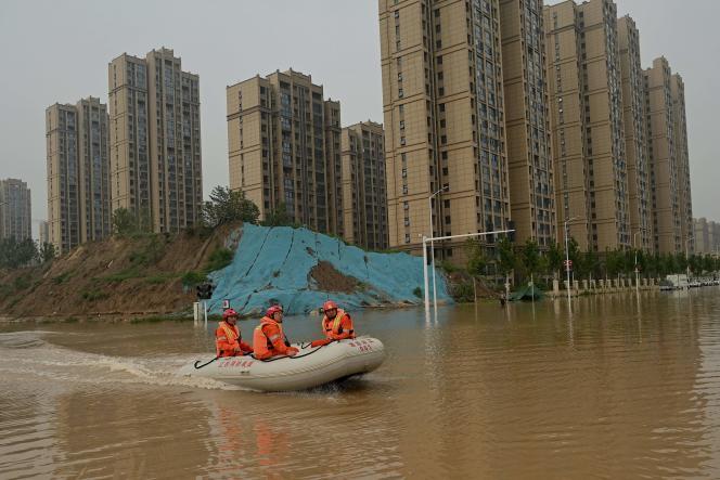 Des secouristes dans la ville inondée de Zhengzhou, dans la province chinoise du Henan, le 23 juillet 2021.