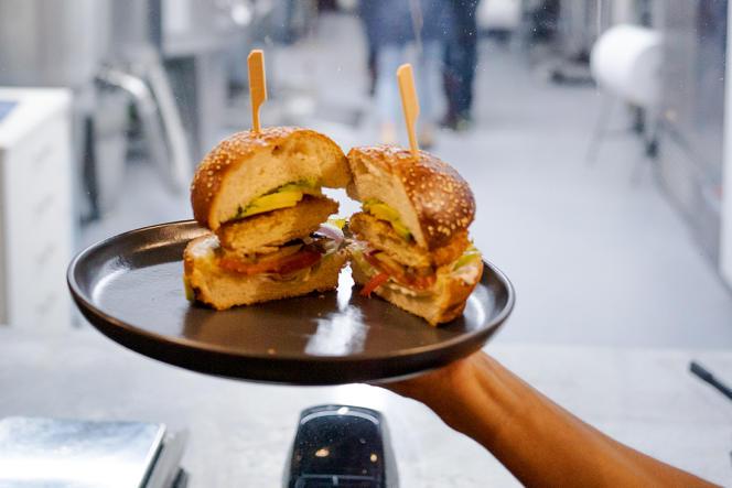 Le burger au poulet croustillant du restaurant The Chicken, àNess Ziona, près de Tel-Aviv.