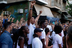 Giannis Antetokounmpo, le 29juin2019, dans la cour où il a commencé à jouer au basket, à Athènes.