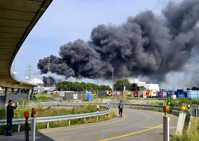 A thick cloud of smoke above chemical companies in Leverkusen (Germany) after the unexplained eruption on July 27, 2021.