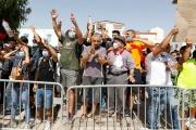 Des soutiens du président tunisien, Kaïs Saïed, devant le Parlement, à Tunis, le 26 juillet 2021.