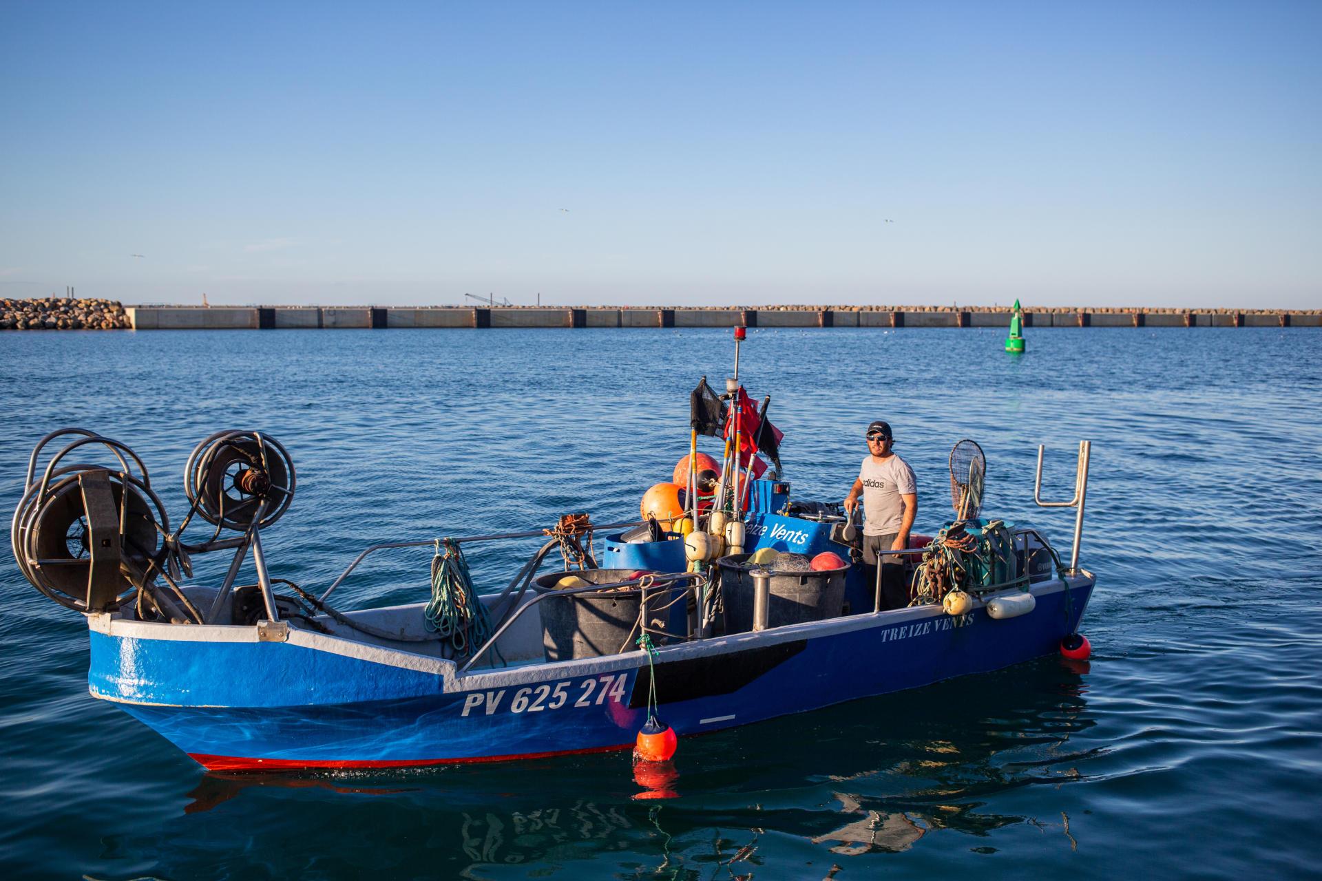 Mathieu, 39 ans, l'un des neuf pêcheurs indépendants de Port-la-Nouvelle,se dit inquiet et stressé par la fermeture de l'actuelle entrée du port et la longueur de la nouvelle route qu'il devra emprunter pour sortir en mer. A Port-la-Nouvelle (Aude), le 9juillet 2021.