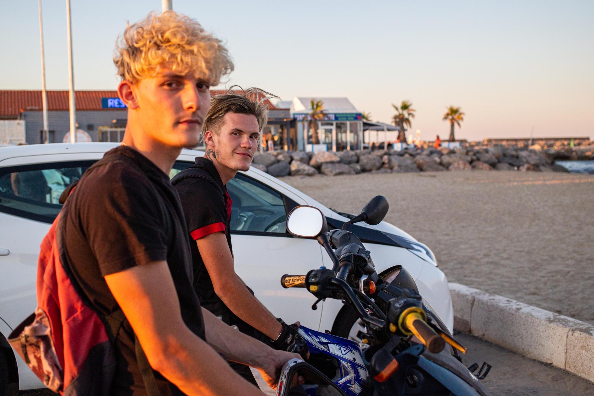 Romain et Viny, 18 et 19 ans, restent chaque été dans leur ville de Port-la-Nouvelle (Aude) pour des jobs saisionniers. Les jeunes voient d'un bon œil l'extension du port de commerce, espérant une potentielle hausse de l'activité économique. Ici, le 9 juillet 2021.