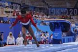 Simone Biles part à la faute sur la réception de son saut lors du concours de gymnastique par équipes, le 27 juillet 2021, à Tokyo.