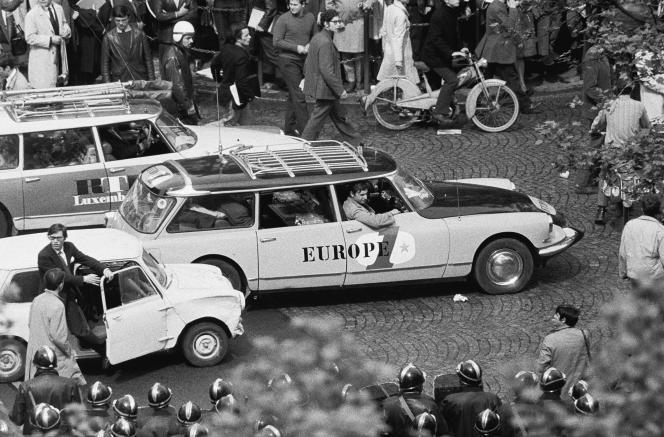 Une voiture d'Europe1 arrive boulevard Saint-Germain, à Paris, pour couvrir la manifestation du 6 mai 1968.