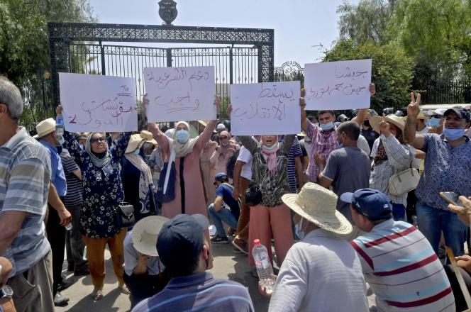 Manifestation de Tunisiens dénonçant un coup d'Etat devant le Parlement, à Tunis, le 26 juillet 2021.