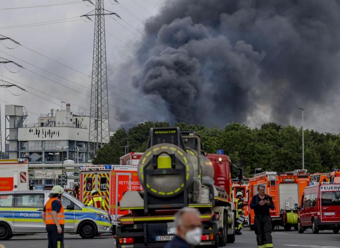 A Leverkusen, en Rhénanie-du-Nord-Westphalie, après l'explosion qui a eu lieu dans une usine de traitement des déchets du groupe Currenta, mardi 27 juillet.