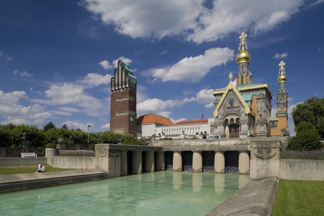 La « tour matrimoniale» et la « chapelle russe», dans le parc de Mathildenhöhe, à Darmstadt (Allemagne). L'ensemble des constructions de ce parc, de style Art nouveau, a fait l'objet d'un classement au Patrimoine mondial de l'Unesco.