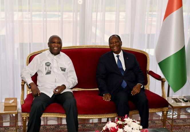 Le président de la Côte d'Ivoire, Alassane Ouattara (à droite), pose avec son prédécesseur et ancien rival, Laurent Gbagbo (à gauche), au palais présidentiel d'Abidjan, le 27 juillet 2021.