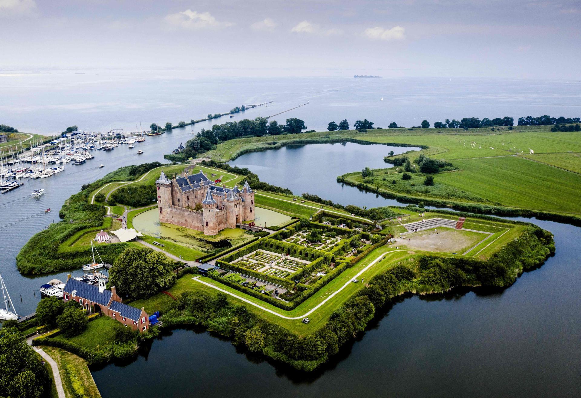 Le château de Muiderslot (Pays-Bas) fait partie de l'ensemble plus large des «Lignes d'eau de défense hollandaises», désormais classées au Patrimoine mondial.