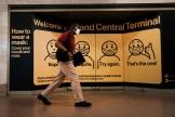 Une personne portant un masque marche dans la gare de Grand Central Terminal, à New York,le 27 juillet 2021