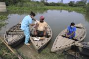 Une infirmière vaccine un batelier contre le covid-19, sur la rivière Yamuna, en Inde, le 16 juillet 2021