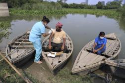 Une travailleuse de la santé administre le vaccin contre le Covid-19 à un batelier sur la rivière Yamuna, en Inde, le 16 juillet 2021.