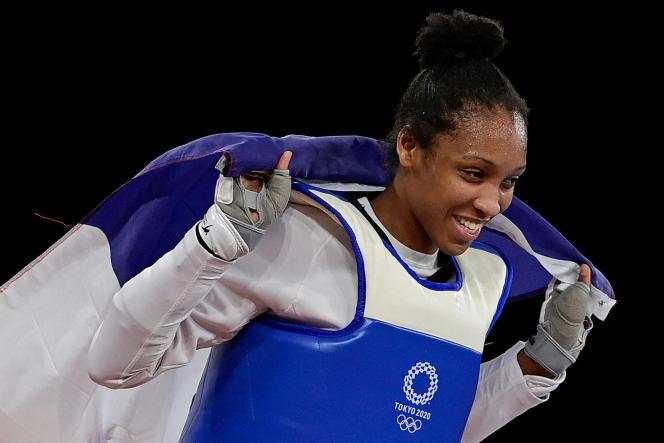 Althéa Laurin avec le drapeau français après sa victoire pour le bronze.