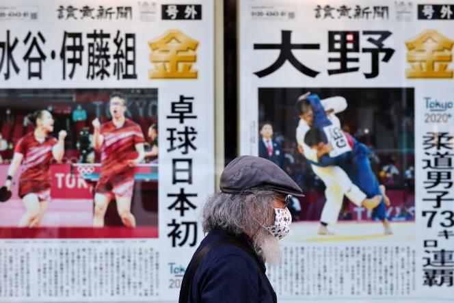 Des journaux rapportant les dernières informations sur les JO, à Tokyo, le 27 juillet 2021.