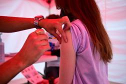 Une jeune fille reçoit une dose du vaccin Comirnaty de Pfizer-BioNTech contre le Covid-19, à Paris, le 29 juin 2021.