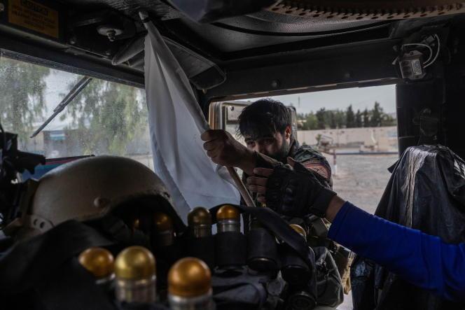 Un membre des forces spéciales afghanes confisque un drapeau taliban à Kandahar, en Afghanistan, le 13 juillet 2021.
