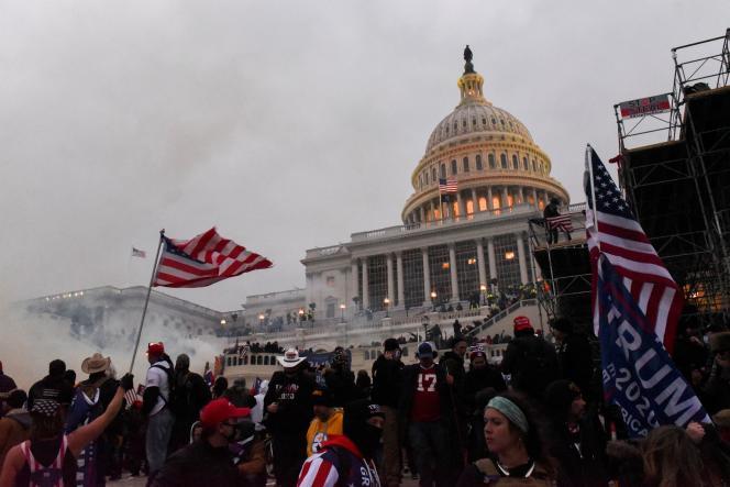 La police tente de déloger les manifestants avec des gaz lacrimogènes, le 6 janvier, au Capitole, à Washington.