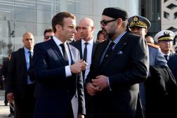 Le roi du Maroc Mohammed VI (à droite) s'entretient avec le président Emmanuel Macron à Rabat, au Maroc, le 15 novembre 2018.