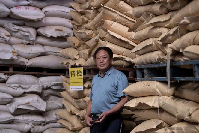 Le milliardaire chinois Sun Dawu dans un entrepôt d'aliments pour animaux dans le Hebei, en Chine, le 24 septembre 2019.
