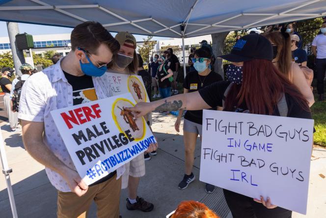 Environ 200 employés d'Activision Blizzard se sont réunis devant les locaux d'Irvine, en Californie, le 28 juillet 2021.