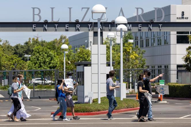 I dipendenti Activision Blizzard manifestano fuori dalla sede aziendale, 28 luglio 2021.