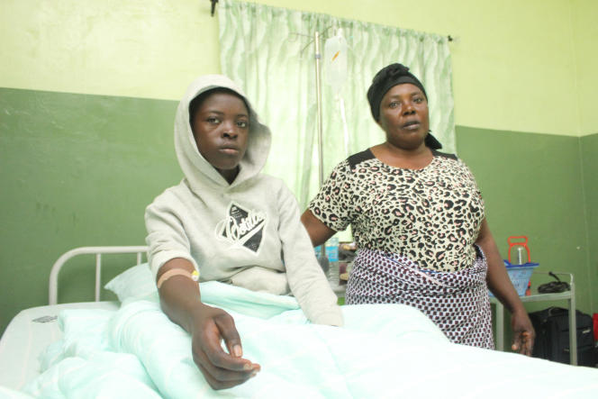 Precious Joseph (à gauche), l'une des vingt-huit élèves du lycée chrétien Bethel libérées par leurs ravisseurs, en compagnie de sa mère Esther à l'hôpital de Kaduna, le 26 juillet 2021.