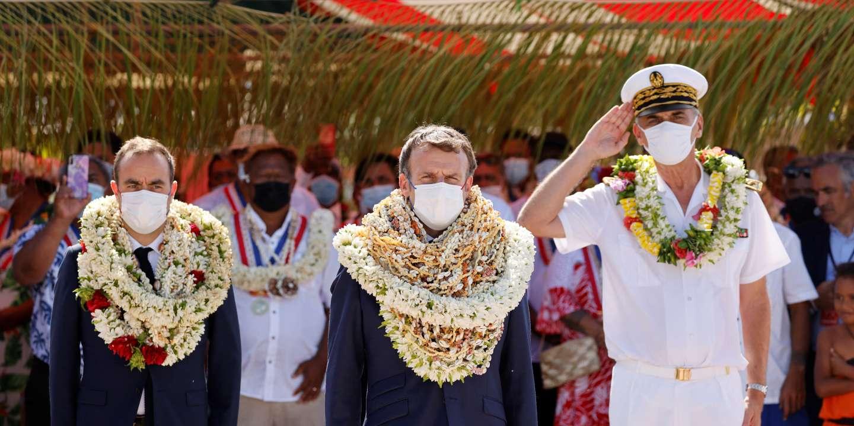 Emmanuel Macron enseveli sous des fleurs de tiaré : c'est peut-être un détail pour vous…