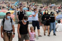 Le 28 juillet, des promeneurs portent le masque, qui est de nouveau obligatoire sur la plage de Biarritz.