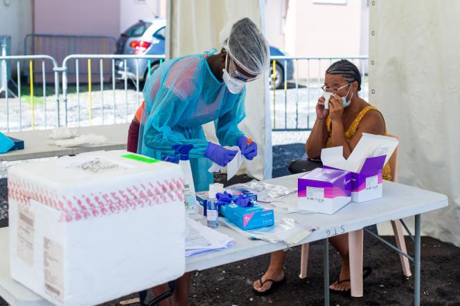 Une femme reçoit un test PCR dans une clinique en plein air le 23 septembre 2020 à Goyave, Guadeloupe.