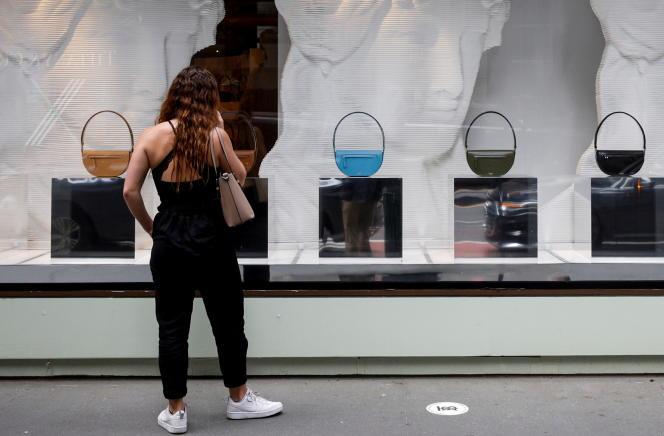 Une cliente regarde des sacs à main chez Burberry sur la Ve Avenue à New York, aux États-Unis, le 24 mai 2021.