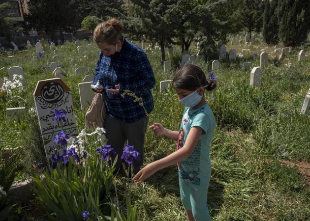 La sœur et la fille d'Ali Fliti se recueillent sur sa tombe, à Ersal, au Liban, le 27 avril 2021.