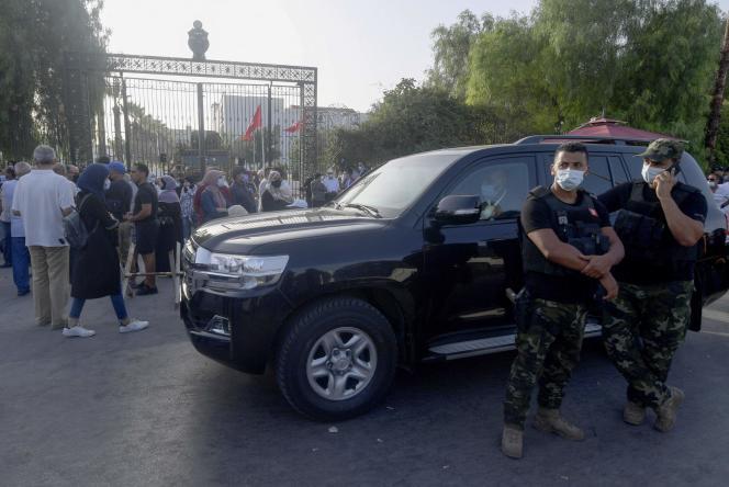L'arméetunisienne empêche le président de l'Assemblée et chef de file du parti islamiste Ennahda, Rached Ghannouchi, d'entrer dans le Parlement, le 26 juillet 2021.